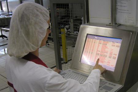 Uporabnik izvaja nadzor nad proizvodnim sistemom
